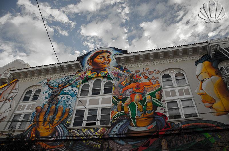 Mission, splendido murales storico sulla facciata di un edificio