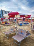 Comodi ombrelloni, lettini, teli di mare attendono gli ospiti sulla spiaggia di Bellaria Igea Marina