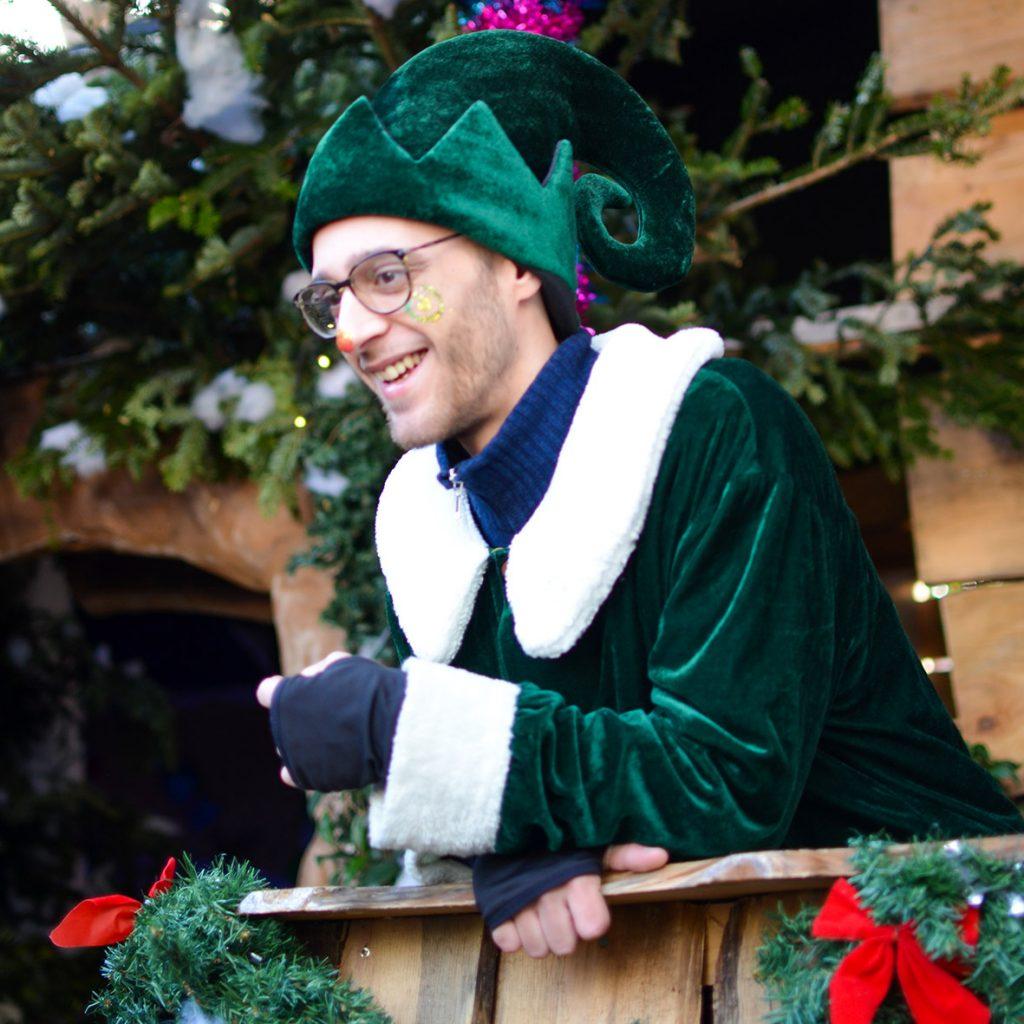 Un grande elfo dà il benvenuto nel Bosco degli Elfi