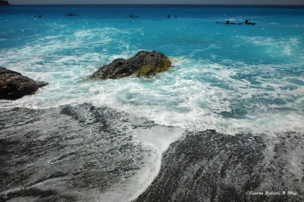 Baia di ilingas, Creta, canoe sulle sfondo