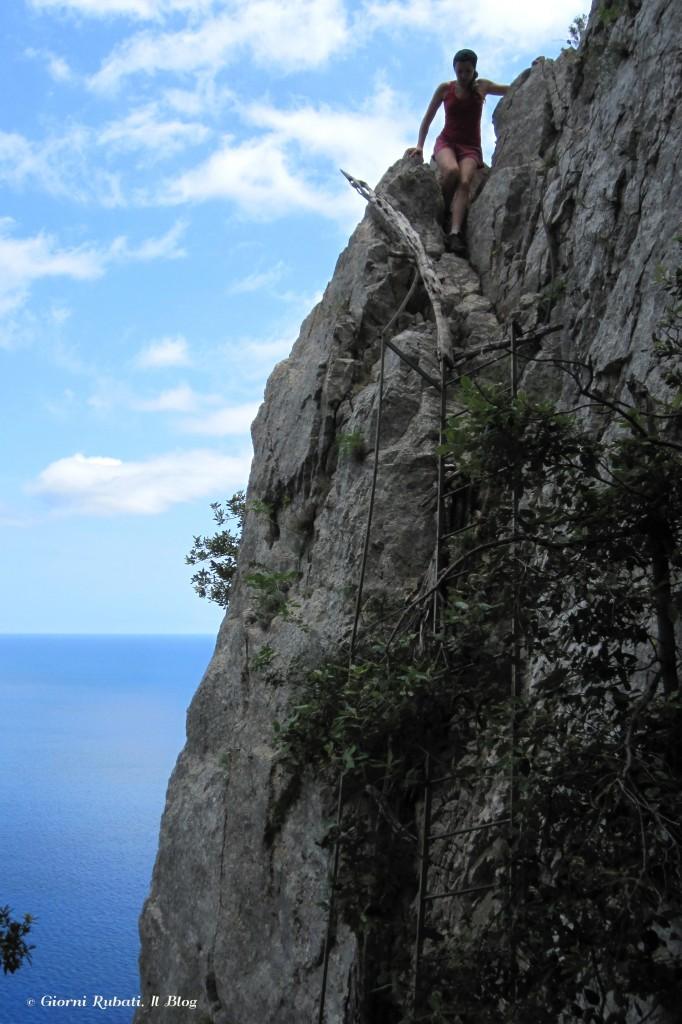Impegnata nella discesa della scala, cala Biriola