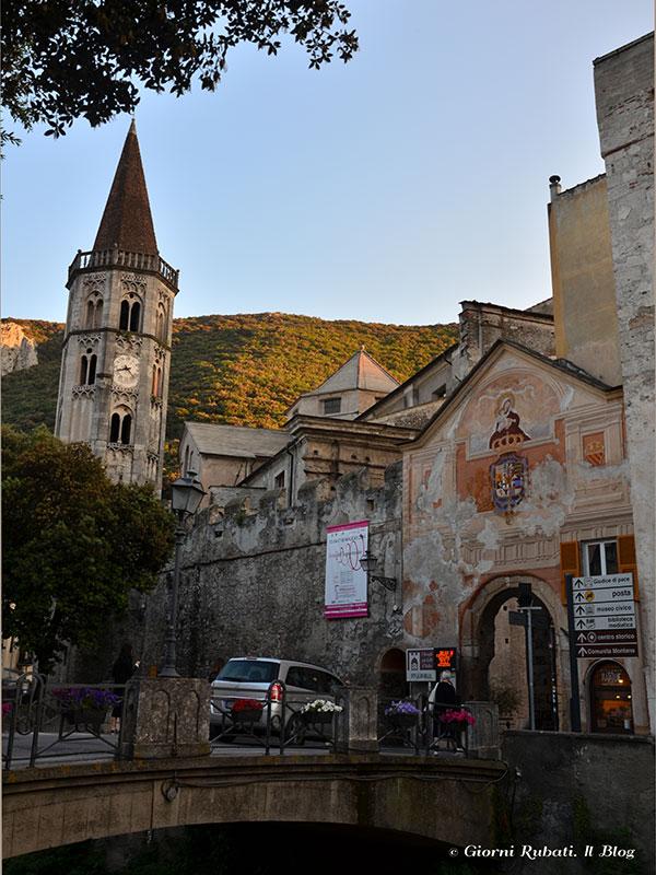Finalborgo: porta e campanile della Basilica di San Biagio
