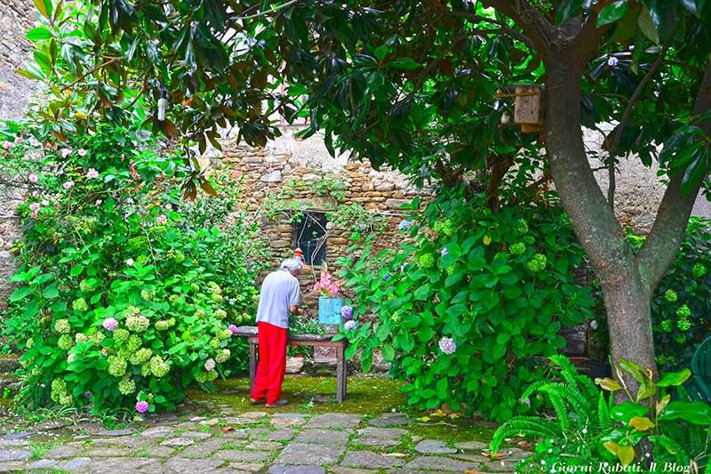 Antona, casa Piccianti, il padrone di casa nel suo giardino