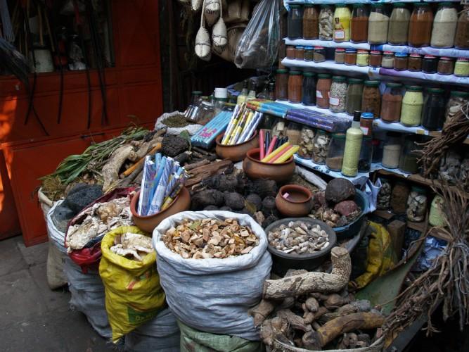 Banchi della medicina tradizionale, Xipamanine, Maputo ph. courtesy by http://www.colorsmagazine.com/