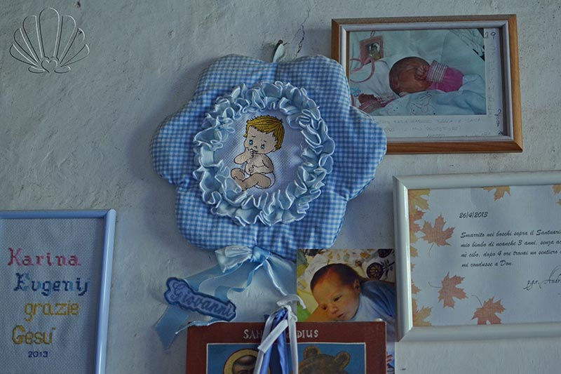 Santuario di San Romedio, Val di Non, ex-voto per i neonati
