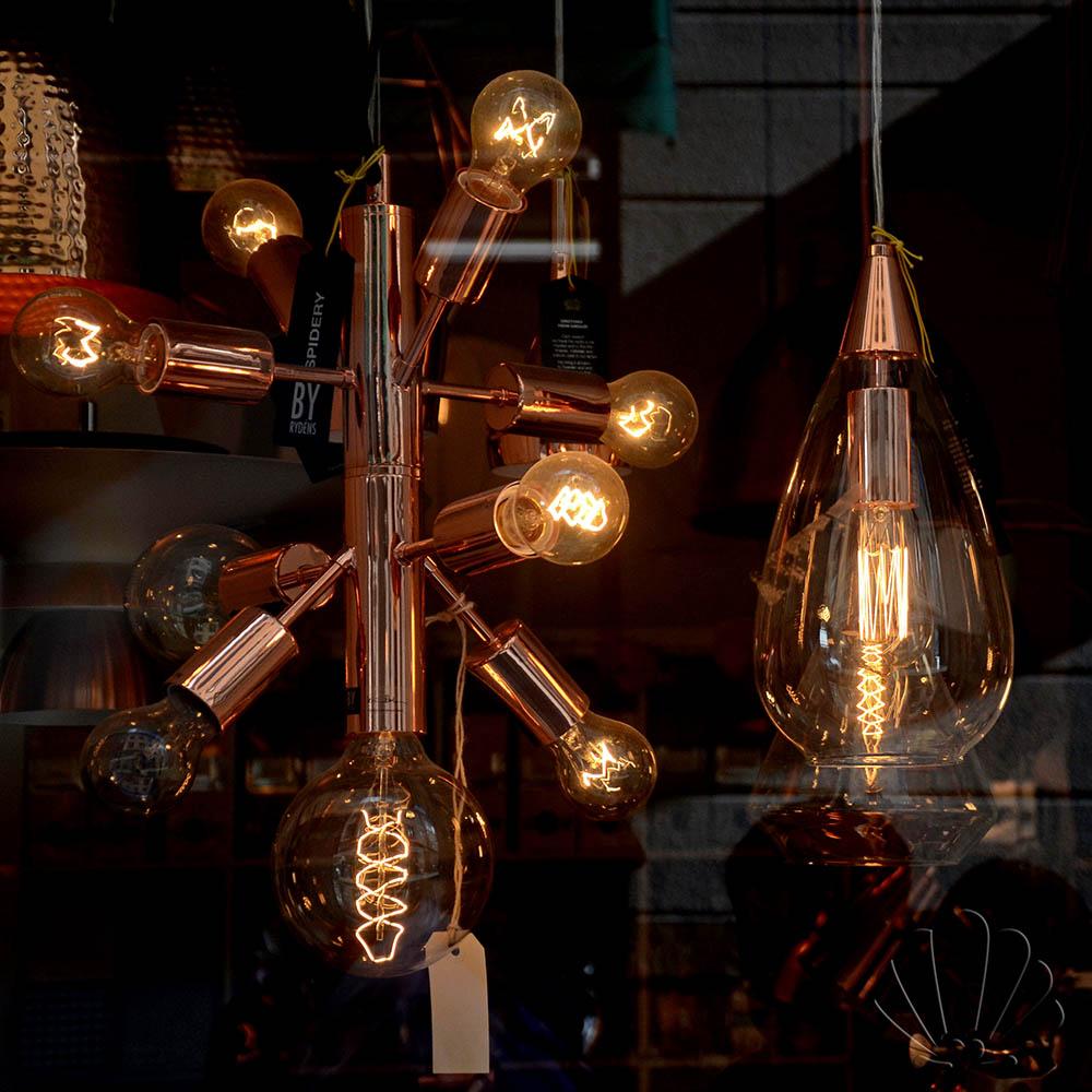 le lampadine messe a nudo su struttura di rame sono far le cose che abbiamo incontrato più volte a Stoccolma