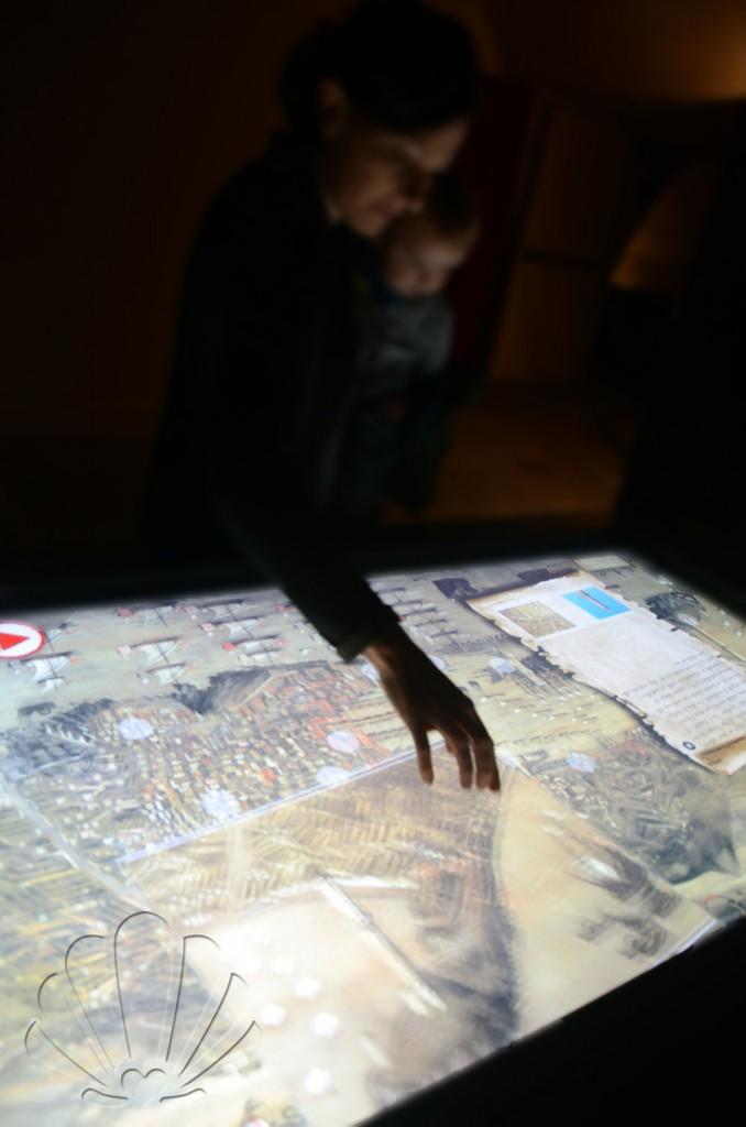 Monitor touch screen che permette la navigazione allinterno del dipinto, Galata Museo del Mare, Genova
