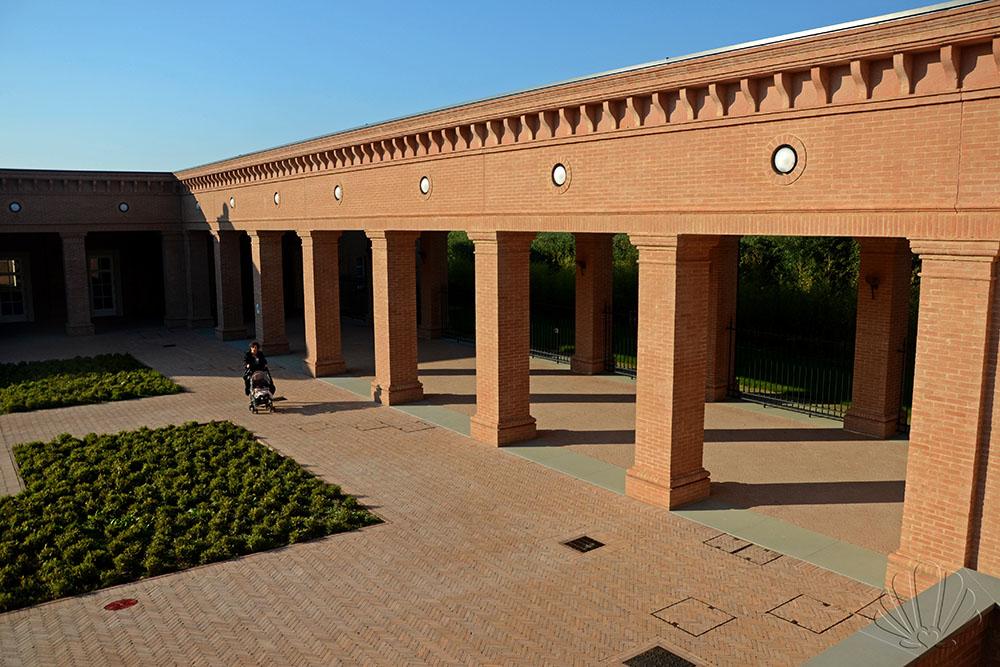 Labirinto della Masone, porticato laterale alla piramide, Fontanellato (Parma)