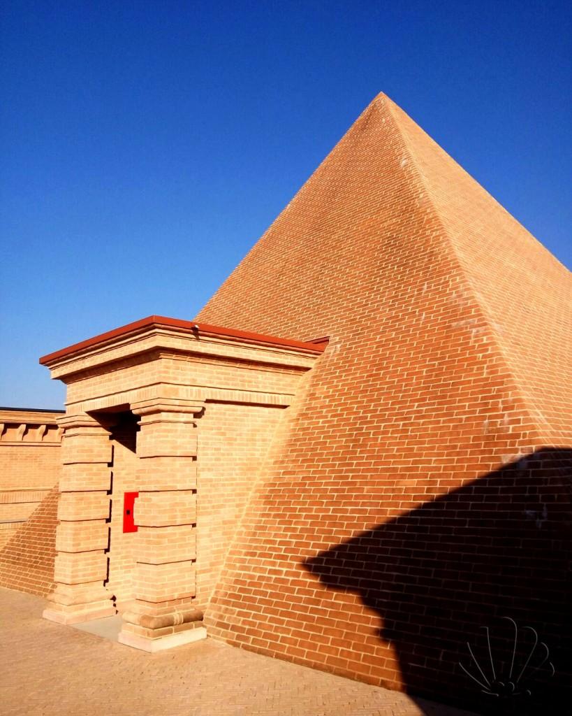Labirinto della Masone: l'ingresso nella cappella a forma di piramide