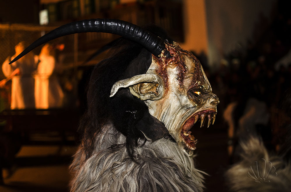 Pozza di Fassa: krampus-Alien in omaggio al cinema horror contemporaneo