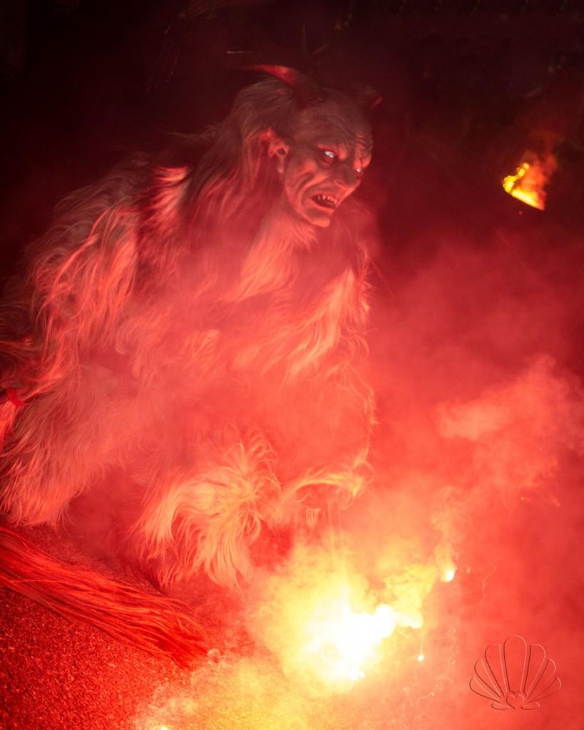 Fuoco, fumo e spettacolari maschere diaboliche: ecco i krampus a Pozza di Fassa