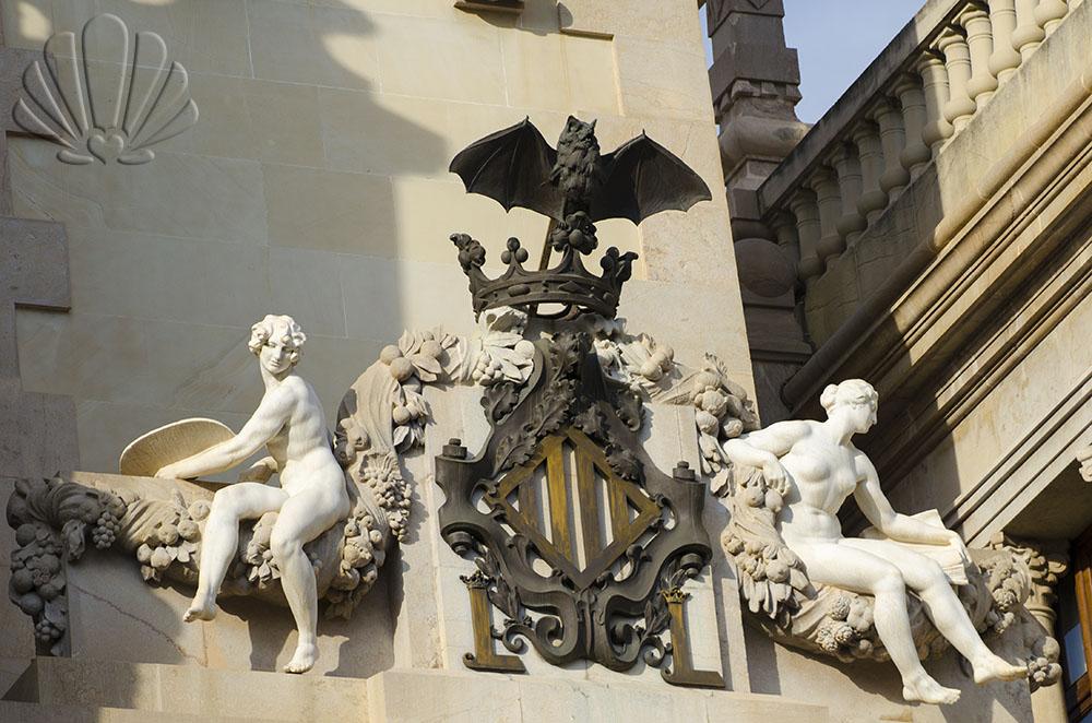 Valencia, sul Palazzo de l'Ayuntamento troneggia il pipistrello