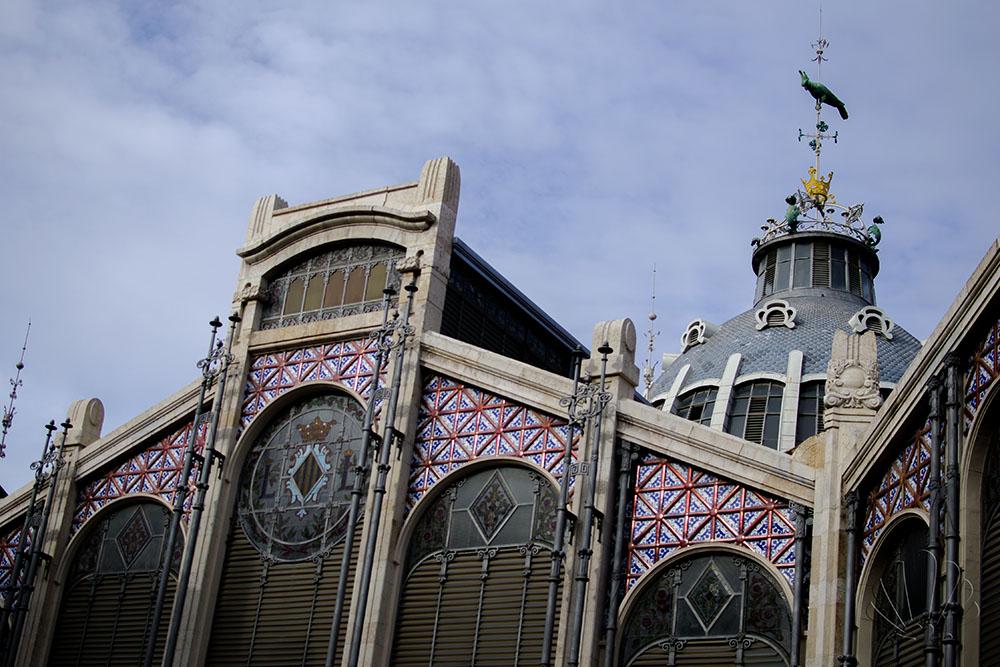 """Mercato centrale, Valencia. Sul pennone veglia la """"cotorra"""" il pappagallo"""