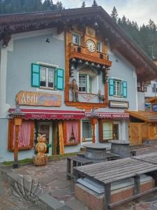 edifici fiabeschi a Canazei, in Val di Fassa