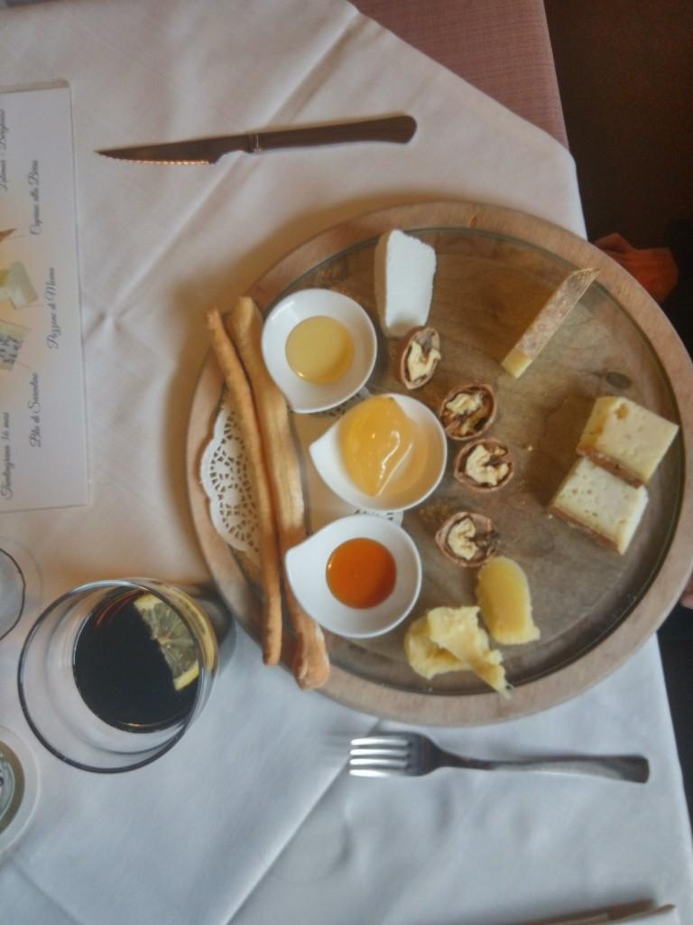Un gustoso tagliere di formaggi in Val di Fassa