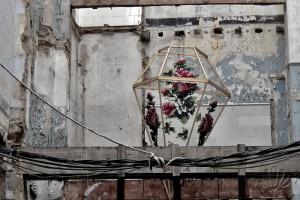 Valencia: uno strano chandelier decora un angolo fatiscente