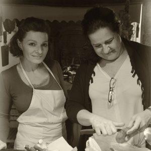 Io e Marina Saponari di Dire Fare e Gustare mentre prepariamo i funghi
