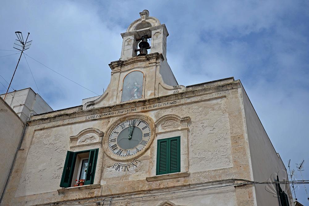 Nella Piazzetta Vittorio Emanuele di Polignano, non si può non notare il curioso orologio