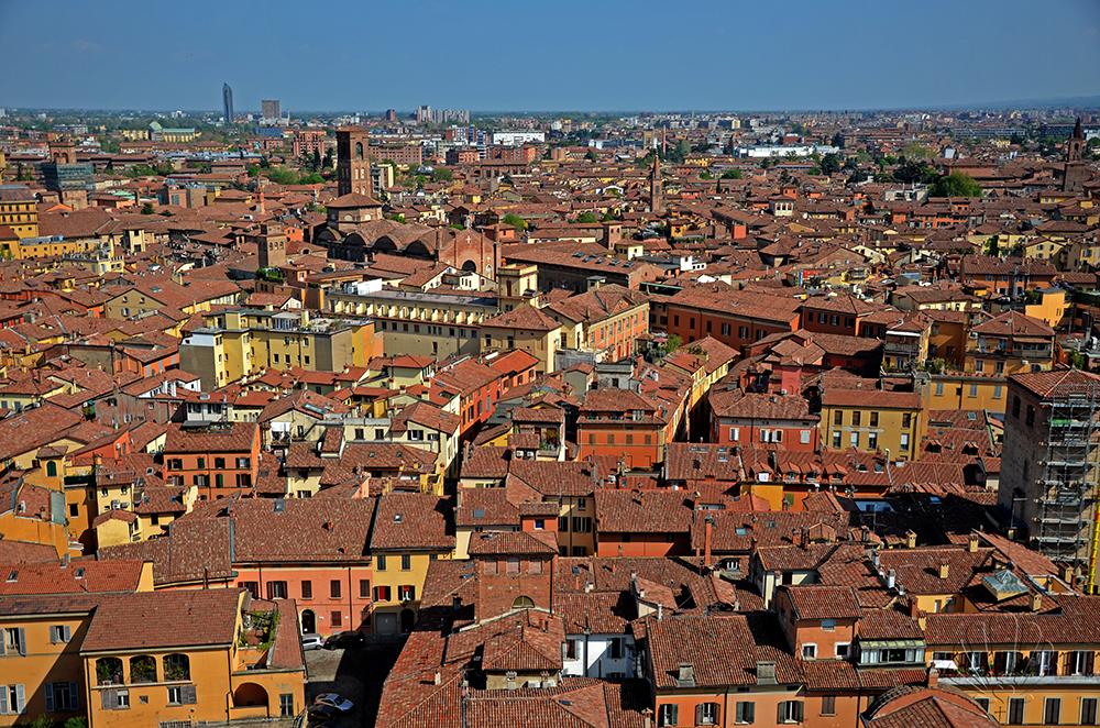 In fondo ai tetti di Bologna si scorge la torre Unipol, l'ultima arrivata nello skyline della città
