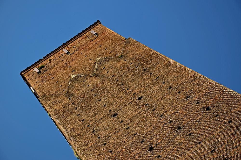 La Torre Prendiparte è anche chiamata la coronata per il singolare fregio che arricchisce la cima