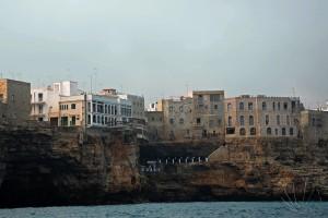 Durante il tour in barca si apprezzano le grotte di Polignano: qui in particolare, si scorge grotta palazzese