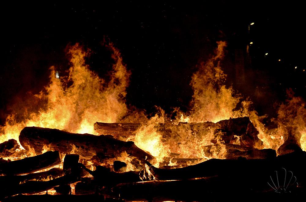 Noicàttaro: l'enorme falò davanti alla Chiesa della Lama rischiara e riscalda i devoti