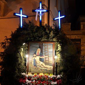 L'altare in piazza, con la raffugurazione della pietà è simbolo del golgota