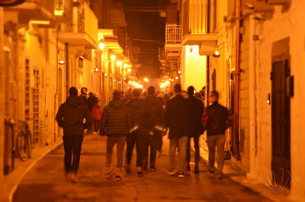 Noicàttaro: un gruppo di ragazzi a seguito della processione dei crociferi