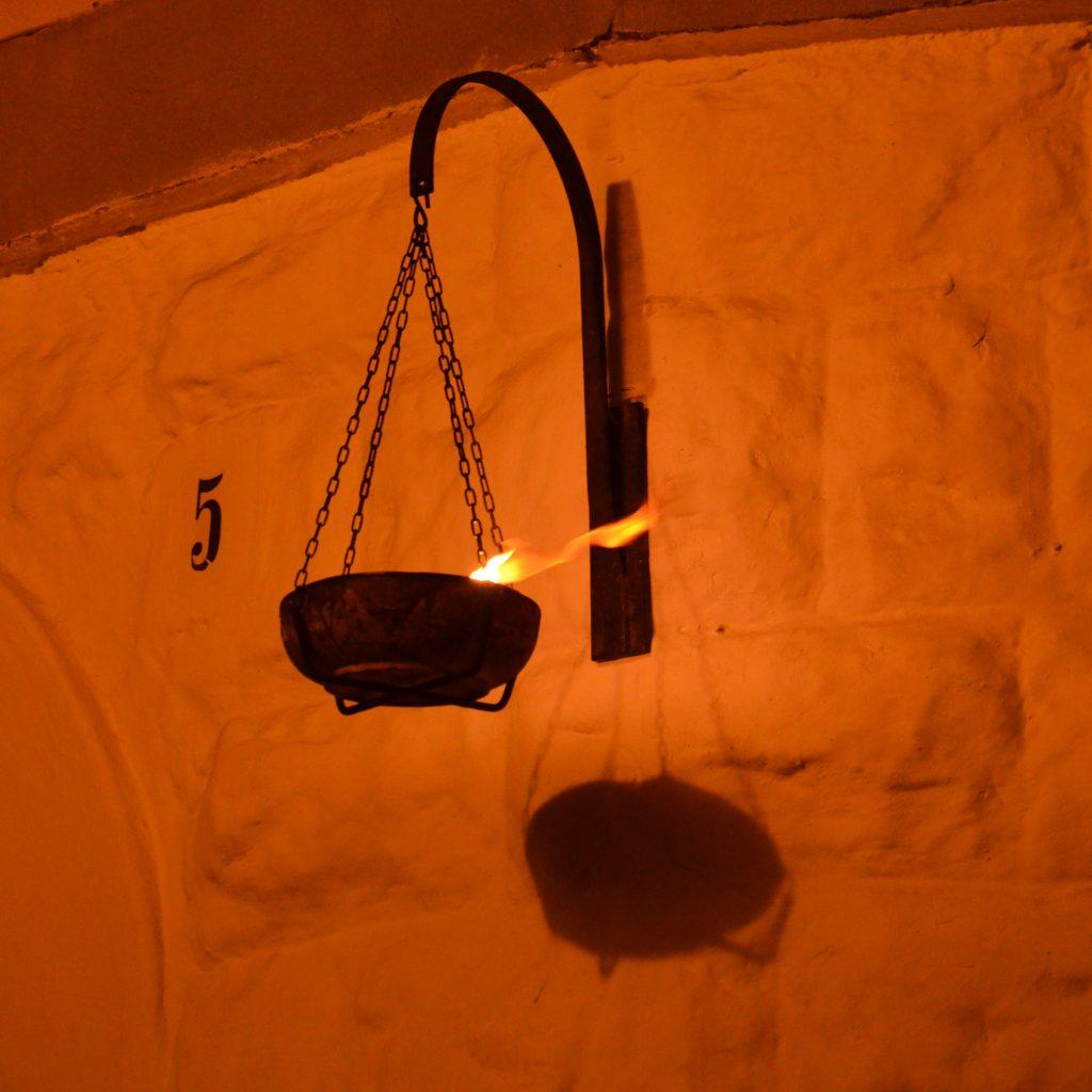 Oggi come un tempo, sono fiamme e ceri a illuminare la notte di Noicàttaro durante il passaggio dei crociferi