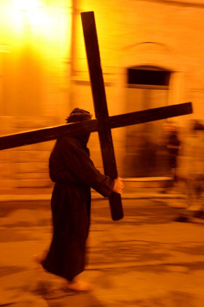 nel giovedì santo di Noicàttaro i crociferi portano avanti il loro percorso penitenziale