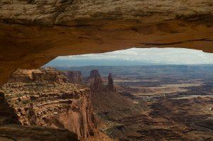 Il panorama di Canyonlands incorniciato dal Mesa arch
