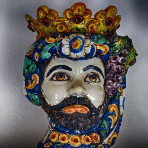 """il tipico vaso antropomorfo in terracotta invetriata con le sembianze del """"moro"""" di Caltagirone"""
