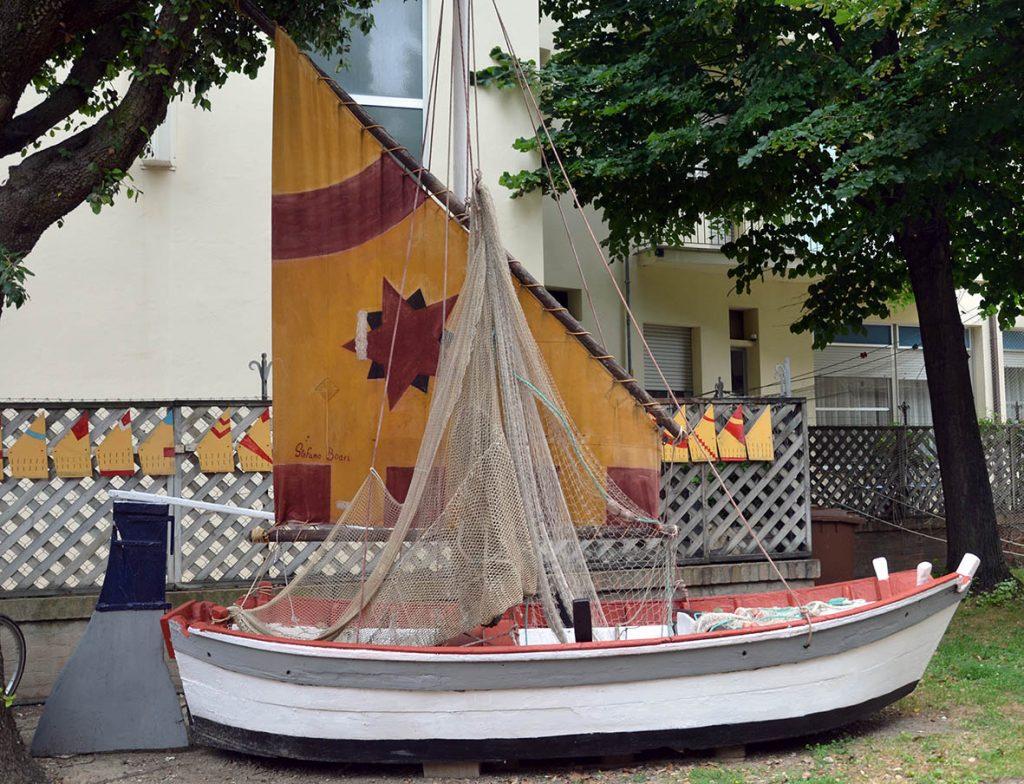 Torre Saracena: all'estero alcune barche con colori e gonfaloni delle borgate storiche di Bellaria