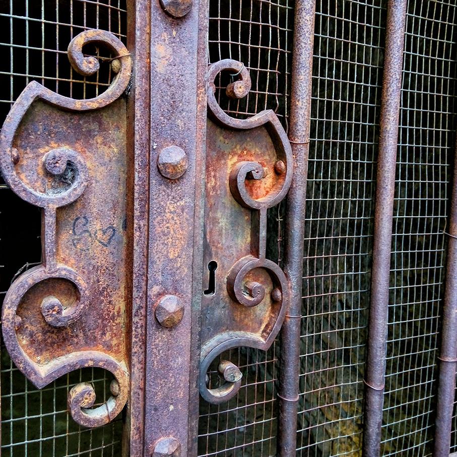 Dietro questo cancello, il mistero: chi ha costruito le grotte di Santarcangelo?