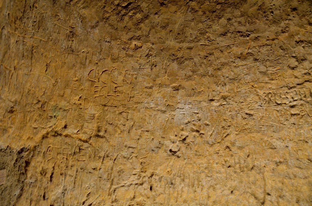 incise nella roccia parole spezzate di un tempo. Grotte di Santarcangelo
