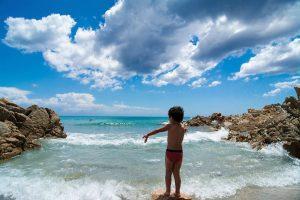 Anche col mare mosso i bambini adorano Cala Liberotto!