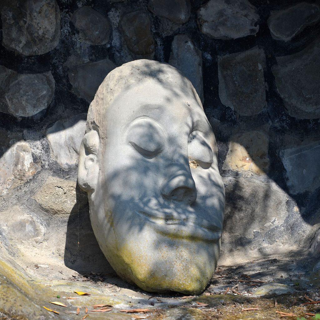 Una testa sognante e benevola al Giardino della Galassia: un autoritratto?