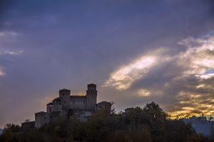 Il Castello di Torrechiara al crepuscolo si fa portatore di storia e magia...Ph. Michele del Becaro