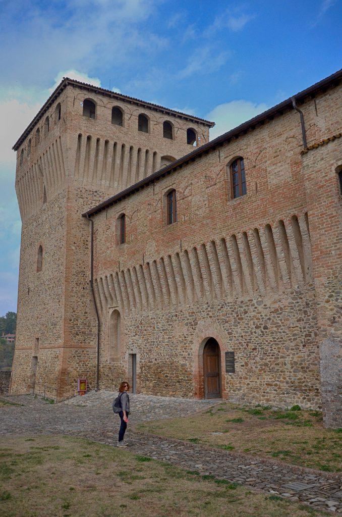 L'esterno del castello di Torrechiara con i possenti masti quadrangolari