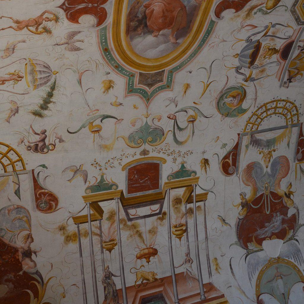 Altri preziosi affreschi nel castello sono quelli di Cesare Baglione
