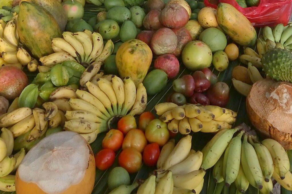 Cocco, carambole, manghi, papaye e altre delizie appena colte sono parte essenziale dell'offerta gastronomica delle isole