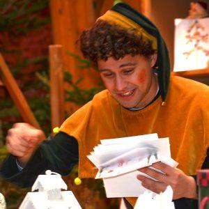 Un elfo riceve la specialissima consegna dei bambini per Babbo Natale...