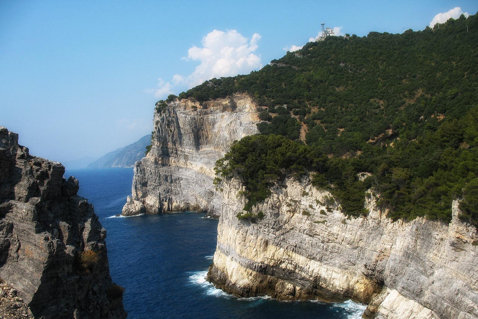 A piedi sull'isola Palmaria, fra antichi forti, scogliere e un mare da favola