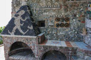 Forno esterno di Casa Jorn con le firme di Jorn e Berto