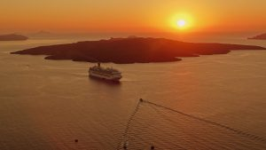 Nave da Crociera a Santorini. foto da pixabay