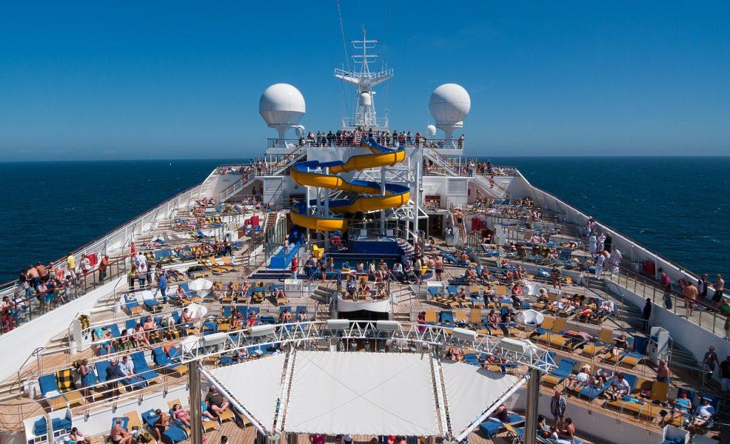 nave da crociera in navigazione