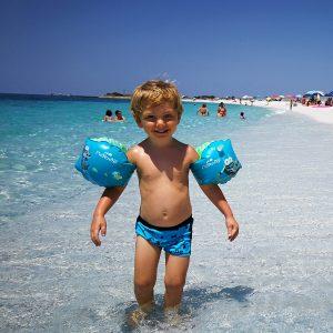 bimbo sulla spiaggia di mari ermi