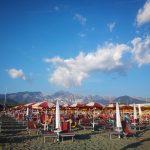 Come sopravvivere alla scelta dello stabilimento balneare a Marina di Carrara (e magari divertirsi)