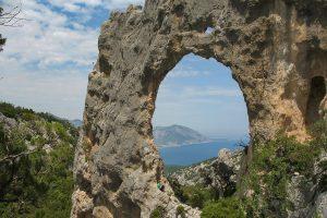 L'arco Lupiru sul sentiero di Cala Luna