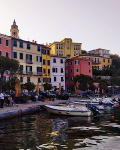 il borgo di fezzano visto dal porto
